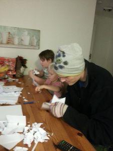 Emil, Stefanie och Paddy klipper papper